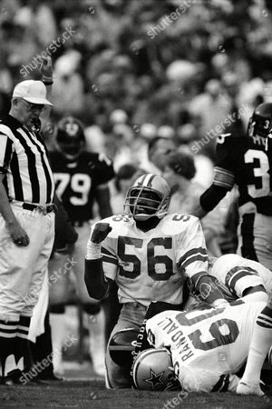 "Dallas Cowboys Thomas ""Hollywood"" Henderson makes a fist after stopping Pittsburgh Steelers Larry Anderson during the second quarter of the Super Bowl, in Miami. Cowboy in foreground is guard Tom Randall (60"
