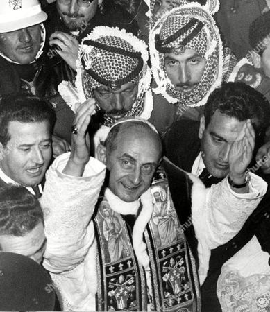 Paul VI. - Papst /1 Paul VI (Giovanni Battista Montini) is surrounded by security officials during his visit to Israel, in Jerusalem