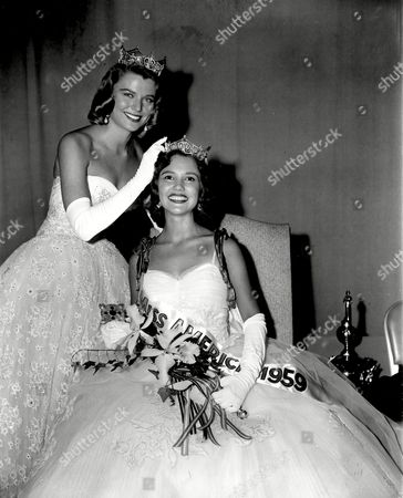 Mobley Van Derbur Miss America 1959, Mary Ann Mobley, of Brandon, Mississippi, is crowned by outgoing Miss America Marilyn Elaine Van Derbur at the annual Miss America Pageant in Atlantic City, N.J., on