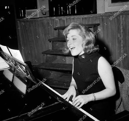 """Lesley Gore Singer Lesley Gore rehearses at a piano, in New York. Singer-songwriter Gore, who topped the charts in 1963 with her epic song of teenage angst, """"It's My Party,"""" and followed it up with the hits """"Judy's Turn to Cry,"""" and """"You Don't Own Me,"""" died of cancer, . She was 68"""