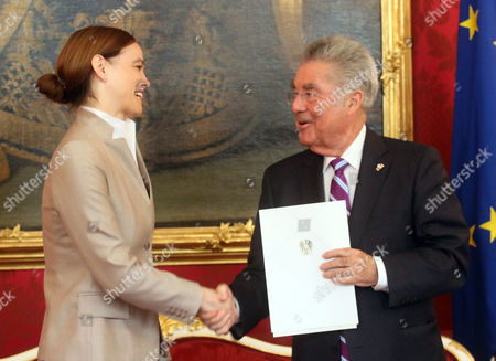 Sonja Hammerschmid, Heinz Fischer Austrian President Heinz Fischer, right, hands over the document to Education Minister Sonja Hammerschmid during the inauguration ceremony at the Hofburg palace in Vienna, Austria