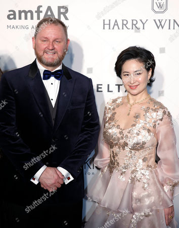 Kevin Robert Frost, Pansy Ho Kevin Robert Frost, amfAR CEO, left and Managing Director of Shun Tak Holdings Pansy Ho pose on the red carpet during the fundraising gala organized by amfAR (The Foundation for AIDS Research) in Hong Kong