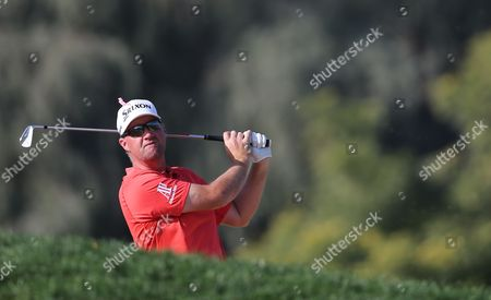 Peter Hanson Peter Hanson of Sweden follows his ball on the 6th hole during 2nd round of the Omega Dubai Desert Classic golf tournament in Dubai, United Arab Emirates