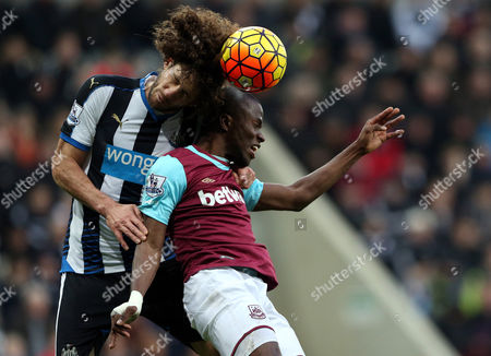 Newcastle United's captain Fabricio Coloccini, left, vies for the ball with West Ham United's Enner Valencia, right, during the English Premier League soccer match between Newcastle United and West Ham United at St James' Park, Newcastle, England