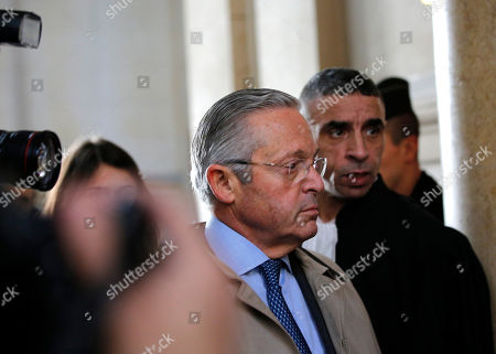 International art dealer Guy Wildenstein, center, arrives at a Paris courtroom, Monday Jan.4, 2016. Wildenstein is going on trial on charges of defrauding the French state of half a billion euros (about $550 million) in taxes, after two relatives tipped off authorities about the family's financial dealings. Wildenstein, 70, Franco-American heir of a New York art-dealing empire, is accused of concealing much of his inherited fortune in trusts held in offshore tax havens
