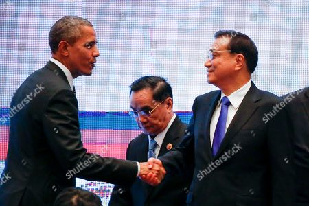 Barack Obama, Li Keqiang, Thongsing Thammavong U.S. President Barack Obama, left, shakes hands with Chinese Premier Li Keqiang, right, while Laos' Prime Minister Thongsing Thammavong, center, looks on during the 10th East Asia Summit at the 27th ASEAN Summit in Kuala Lumpur, Malaysia