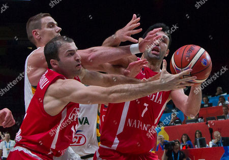Georgia's Manuchar Markoishvili, front left, and Zaza Pachulia, right, is challenged by Lithuania's Robertas Javtokas during the EuroBasket European Basketball Championship match, round of sixteen, between Lithuania against Georgia, at Pierre Mauroy stadium in Lille, northern France
