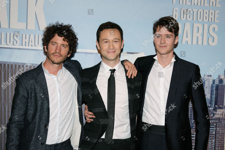 """Joseph Gordon-Levitt, Clement Sibony, Cesar Domboy Actors Clément Sibony, left, Joseph Gordon-Levitt, center, and César Domboy pose for photographers as they attend the French premiere for """"The Walk"""" in Paris, France"""