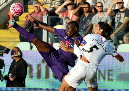 Carpi's Cristian Zaccardo, right, competes for the ball with Fiorentina's Khouma Babacar, during their Serie A soccer match at Modena's Braglia stadium, Italy