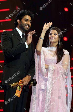 Newlywed Bollywood actors Abhishek Bachchan and Aishwarya Rai-Bachchan presented the Best Movie Award to Rakeysh Omprakash Mehra at the IIFA Awards