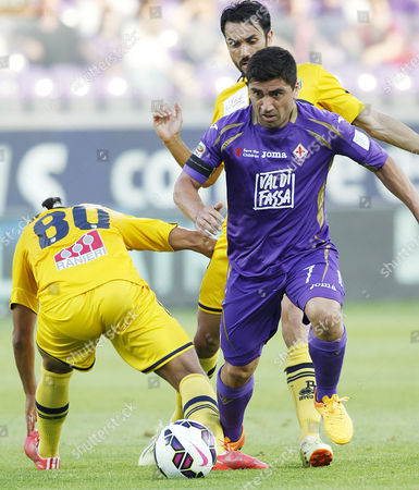 Fiorentina's David Pizarro runs with the ball during a Serie A soccer match between Fiorentina and Parma at the Artemio Franchi stadium in Florence, Italy