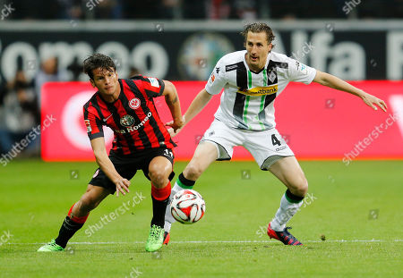 Frankfurt's Nelson Valdez from Paraguay, left, and Moenchengladbach's Roel Brouwers from the Netherlands challenge for the ball during a German first division Bundesliga soccer match between Eintracht Frankfurt and Borussia Moenchengladbach in Frankfurt, Germany