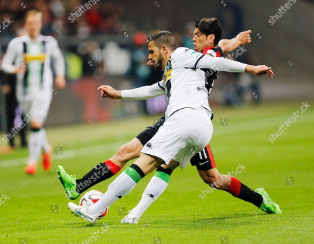 Frankfurt's Nelson Valdez from Paraguay, right, and Moenchengladbach's Alvaro Dominguez from Spain challenge for the ball during a German first division Bundesliga soccer match between Eintracht Frankfurt and Borussia Moenchengladbach in Frankfurt, Germany