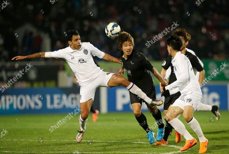 Diogo Luis Santo, left, of Thailand's Buriram United fights for the ball with Yun Young-sun, second left, of South Korea's Seongnam FC during their Group F soccer match in the Asian Champions League at Tancheon Sports Complex in Seongnam, South Korea