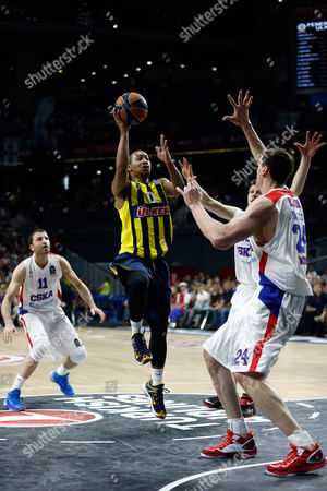 Fenerbahce's Andrew Goudelock, center, shoots the ball during the Euroleague Final Four third place basketball match between CSKA Moscow and Fenerbahce in Madrid, Spain