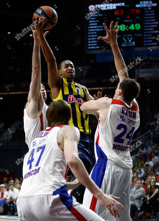 Fenerbahce's Andrew Goudelock, center, goes for the basket during the Euroleague Final Four third place basketball match between CSKA Moscow and Fenerbahce in Madrid, Spain