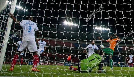 Ivory Coast's Wilfried Serge Kanon, right, shoots at goal against Congo's goalkeeper Robert Muteba Kidiaba, foreground, during their African Cup of Nations semifinal soccer match in Bata, Equatorial Guinea