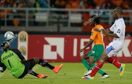 Ivory Coast's Gervinho, center, shoots the ball against Congo's goalkeeper Robert Muteba Kidiaba, left, as teammate Cedric Mongongu, right, chasis during their African Cup of Nations semifinal soccer match in Bata, Equatorial Guinea