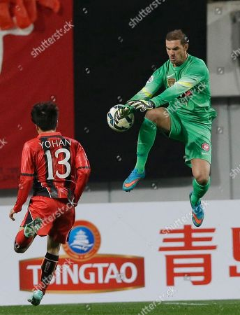 Australia's Western Sydney Wanderers goalkeeper Ante Covic, right, tries to block the ball against Go Yo-han of South Korea's FC Seoul during their Group H soccer match in the Asian Champions League at Seoul World Cup Stadium in Seoul, South Korea