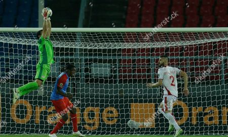DR Congo's Diedonnei Mbokani, center, is beaten in the air by Tunisia's goalkeeper Aymen Mathlouthi, left, as teammate Syam Youssef, right, watches during their African Cup of Nations Group B soccer match in Bata, Equatorial Guinea
