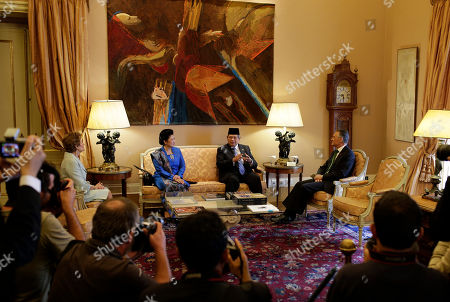 Susilo Bambang Yudhoyono, Anibal Cavaco Silva, Ani Bambang Yudhoyono, Maria Cavaco Silva Indonesia's President Susilo Bambang Yudhoyono, second right, and his wife Ani Bambang Yudhoyono, third right, talk to Portuguese President Anibal Cavaco Silva, right, and his wife Maria Cavaco Silva, left, at the Belem presidential palace, in Lisbon, . The one day state visit of Yudhoyono was the first that an Indonesian President paid to Portugal since 1960. Bilateral relations between the two countries were severed during years after Indonesia annexed in 1975 East Timor, a former Portuguese colony