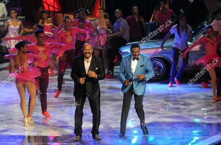 """Oscar de Leon, Jose Alberto """"El Canario Salsa singers Oscar de Leon from Venezuela, left, and Jose Alberto """"El Canario"""" from Dominican Republic, right, perform during the Soberano Awards ceremony in Santo Domingo, Dominican Republic"""