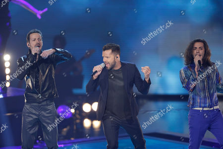 """Puerto Rican singer Ricky Martin Italian performs with Tommaso Pini, right, and Giuseppe Maggioni during the Italian State RAI TV program """"The Voice of Italy"""", in Milan, Italy"""