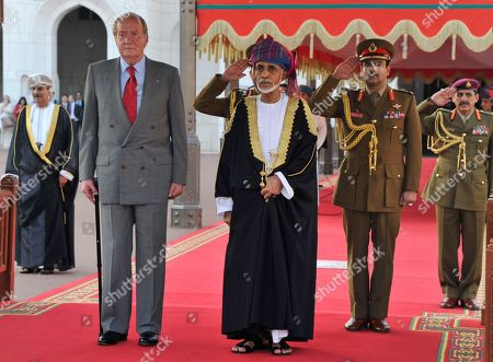 Oman's Sultan Qaboos bin Said, center right, receives Spain's King Juan Carlos, center left, in the Al Allam palace in Muscat, Oman, . King Juan Carlos is in Oman for an official three-day visit