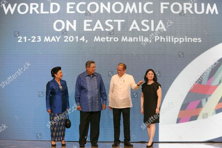 Philippine President Benigno Aquino III, second from right, gestures to Indonesian President Susilo Bambang Yudhoyono, second from left, beside his wife Ani Bambang at the Philippine International Convention Center as part of the World Economic Forum on East Asia in Manila, Philippines on . Also in photo is Aquino's sister Ballsy Cruz, right