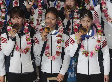 Yuna Kim, Lee Sang hwa, Paek Seung hi From right, Sochi Winter Olympics women's figure skating silver medalist Yuna Kim, women's 500 meters speed skating gold medalist Lee Sang-hwa and women's 1,000 meters short track speed skating gold medalist Park Seung-hi pose with their medals upon their arrival at Incehon International Airport, South Korea