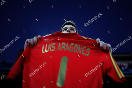 "Luis Aragones Atletico's fan displays a Spanish national t-shirt reading ""Luis Aragones"" during a minute of silence in memory of Luis Aragones prior to Spanish La Liga soccer match between Atletico de Madrid and Real Sociedad at the Vicente Calderon stadium in Madrid, Spain"