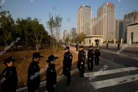 Police officers change shifts outside Shandong Provincial Higher People's Court in Jinan where ruling to ousted Chinese politician Bo Xilai's appeal against his conviction will be handed down, in eastern China's Shandong province