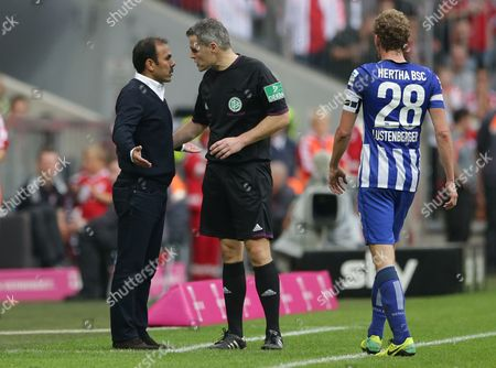 Jos Luhukay, Michael Weiner Referee Michael Weiner talks to Berlin head coach of Jos Luhukay during the German first division Bundesliga soccer match between FC Bayern Munich and Hertha BSC Berlin, in Munich, southern Germany