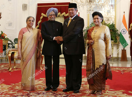 Manmohan Singh, Gursharan Kaur, Susilo Bambang Yudhoyono, Ani Yudhoyono Indian Prime Minister Manmohan Singh, second from left, and his wife Gursharan Kaur, left, pose with Indonesian President Susilo Bambang Yudhoyono, second from right, and his wife Ani Yudhoyono for photographers before their meeting at Merdeka Palace in Jakarta, Indonesia, . Singh is on a two-day visit in the country