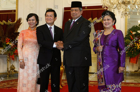 Mai Thi, Troung Tan Sang, Susilo Bambang Yudhoyono, Ani Bambang Yudhoyono Vietnamese President Troung Tan Sang, second from left, and his wife Mai Thi, left, pose for photographers with Indonesian President Susilo Bambang Yudhoyono, second from right, and his wife Ani Bambang Yudhoyono before a meeting at Merdeka Palace in Jakarta, Indonesia