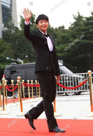 Lee Joong-gi South Korean actor Lee Joon-gi waves at the Seoul International Drama Awards in Seoul, South Korea