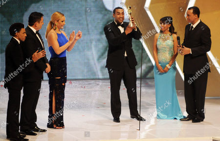 """Don Omar Puerto Rican reggaeton singer-rapper Don Omar, center, lifts his statue after receiving the """"Soberano International"""" during the Soberano Awards in Santo Domingo, Dominican Republic"""