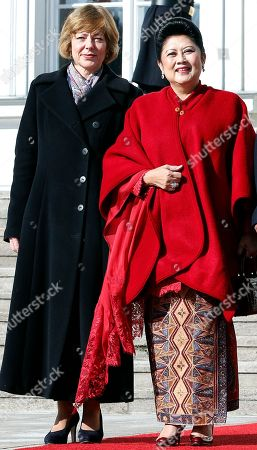 The partner of German President Joachim Gauck, Daniela Schadt, left, and the wife of the President of Indonesia, Susilo Bambang Yudhoyono, Ani Bambang Yudhoyono, right, pose during a welcome ceremony at the Bellevue Palace in Berlin, Germany