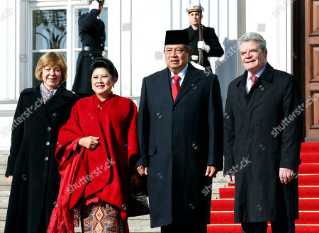 German President Joachim Gauck, right, and his partner Daniela Schadt, left, welcome the President of Indonesia, Susilo Bambang Yudhoyono, second right, and his wife Ani Bambang Yudhoyono, second left, at the Bellevue Palace in Berlin, Germany