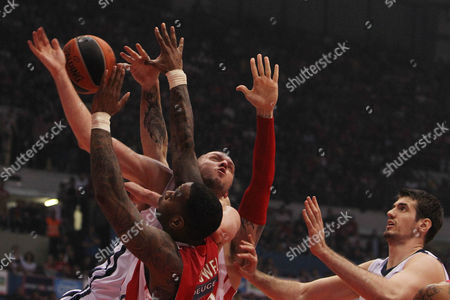 Josh Powwel, Dusko Savanovic Olympiakos' Josh Powwel of U.S., left, stops Anadolu Efes' Dusko Savanovic of Serbia during their Euroleague playoff game 5 basketball match at the Peace and Friendship indoor stadium in the port of Piraeus, near Athens, on