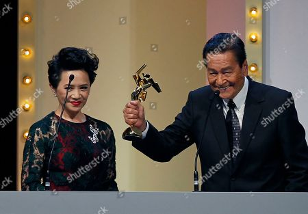 "Eddie Garcia, Deanie Ip Actor Eddie Garcia of the Philippines raises his trophy after winning the People's Choice Favourite Actor award for his role in the film "" Bwakaw "", at the Asian Film Awards in Hong Kong . At left is the Hong Kong actress Deanie Ip"