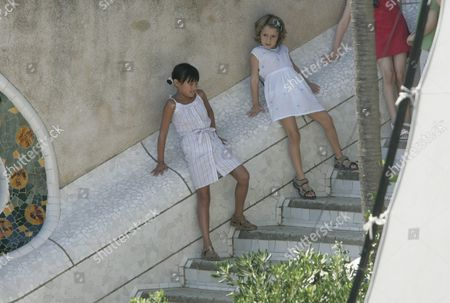 Manzie Tio and Bechet, daughters of Woody Allen in Parc Guell