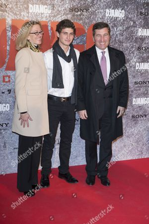 """Charles H. Rivkin, Susan Tolson U.S Ambassador to France and Monaco Charles H. Rivkin and wife Susan Tolson and his son, center, arrrives for the screening of """"Django unchained"""" . in Paris"""
