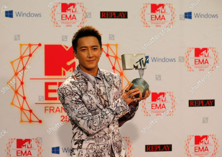 Chinese singer Han Geng presents his award as Best Worldwide Act during the 2012 MTV European Music Awards show at the Festhalle in Frankfurt, central Germany