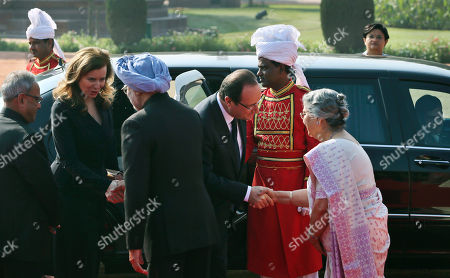 Francois Hollande, Pranab Mukherjee, Manmohan Singh,Valerie Trierweiler, Gursharan Kaur French President Francois Hollande, third from right, shakes hands with Indian Prime Minister Manmohan Singh's wife, Gursharan Kaur, right, as Singh, center, shakes hands with Hollande's partner Valerie Trierweiler, second from left, and Indian President Pranab Mukherjee, left, watches during a ceremonial reception in honor of Hollande at the presidential palace in New Delhi, India, . Hollande is on a two-day visit to India