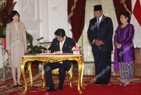 Akie Abe, Shinzo Abe, Susilo Bambang Yudhoyono, Ani Bambang Yudhoyono Japan's Prime Minister Shinzo Abe signs a guest book as his wife Akie Abe, left, Indonesia's President Susilo Bambang Yudhoyono, second right, and his wife Ani Bambang Yudhoyono look on before a meeting at Merdeka Palace in Jakarta, Indonesia, . Abe is on the final leg on his three-nation Asian tour