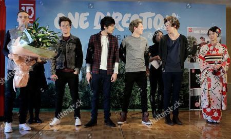 """Maki Horikawa, Liam Payne, Louis Tomlinson, Zayn Malik, Niall Horan, Harry Styles Japanese actress Maki Horikita, right, poses with the members of British boy band """"One Direction,"""" from left, Liam Payne, Louis Tomlinson, Zayn Malik, Niall Horan and Harry Styles, for photographers during a news conference to promote their second album """"TAKE ME HOME"""" in Tokyo"""