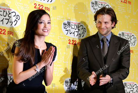 """Bradley Cooper Actor Bradley Cooper, right, and a guest Japanese actress Meisa Kuroki react during the photo call for a new film """"Silver Linings Playbook"""", in Tokyo"""