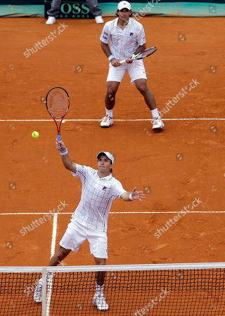 Argentina's Carlos Berlocq, below, and Eduardo Schwank return the ball to Czech Republic's Tomas Berdych and Radek Stepanek during their doubles match of the Davis Cup tennis semifinals in Buenos Aires, Argentina