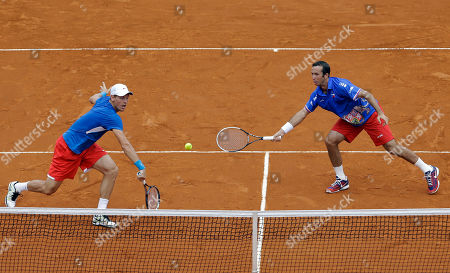 Czech Republic's Tomas Berdych, left, and Radek Stepanek, left, returns the ball to Argentina's Eduardo Schwank, right below, and Carlos Berlocq during their doubles match of the Davis Cup tennis semifinals in Buenos Aires, Argentina